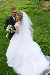 Продам весільну сукню з шлейфом.